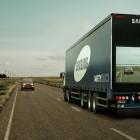 Samsung attache  des écrans sur des camions semi-remorque pour montrer la route devant lui